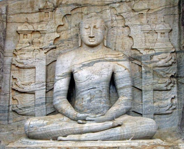 Gal Viharaya buddhistische Abbildung einer Stein-Statue, typische Sitzposition (Pharaonensitz) für eine buddhistische Meditation