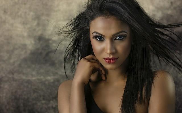 Porträt einer Schönheit mit langen schwarzen Haaren sehr detailgenau gezeichnet