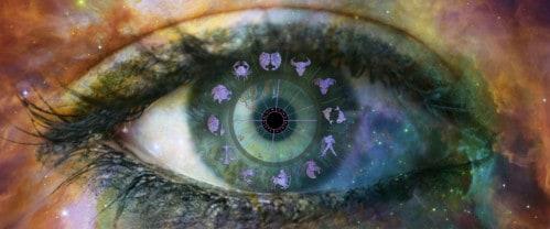 Astrologie Bedeutungen - Bild eines Auges mit Planeten im Universum kreisförmig um die Iris angeordnet