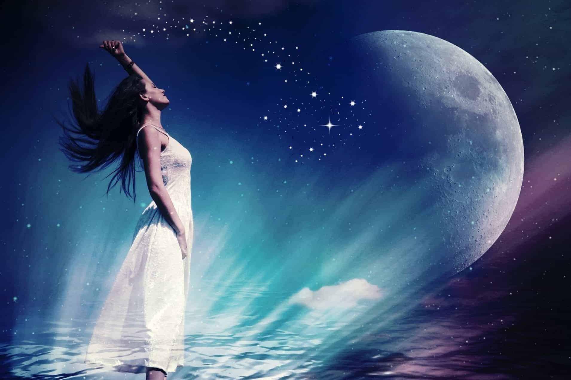 chöne Frau in weißem Kleid wirft einen Sternenreigen von sich, mit einem überdimensionalen Mond vor sich,